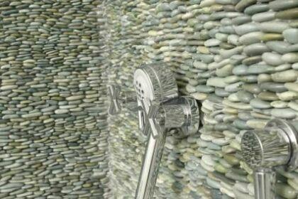 Мозаика из белой гальки в ванне.
