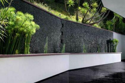 мозаики из гальки на стене