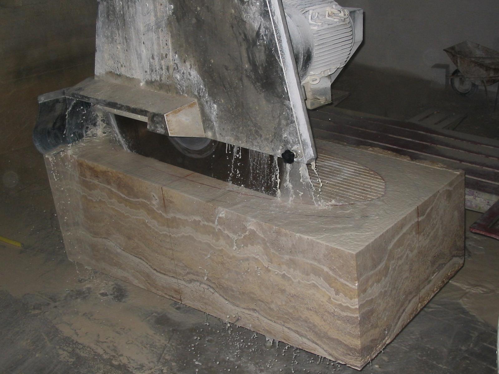 вырезаем внутреннюю часть ванны из мрамора
