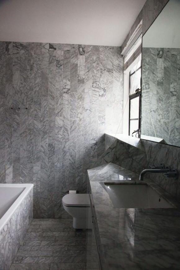 облицовка ванны плиткой из белого мрамора