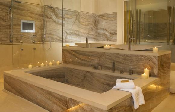 Ванна в стиле модерн с использованием травертина