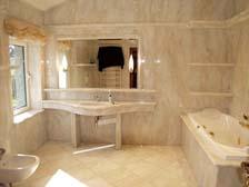 Интерьер ванной в белом мраморе