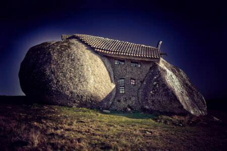 Дом из валунов ночью