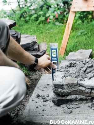 проверяем уровень каменных столбиков