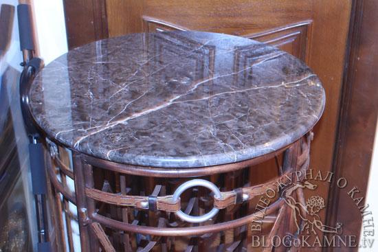 столик из черного мрамора